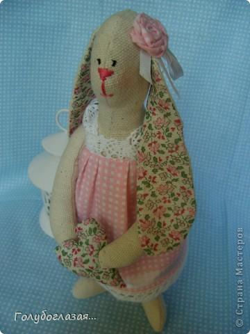 Зайчик сшит из двунитки, платье из хлопка. Для декора использовала хлопковое кружево, атласные ленточки. Живёт дома у одной хорошей девочки.
