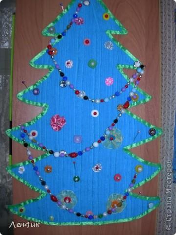 Вот такую елочку из голубого вельвета,наклеенного на гофрированный картон я сделала на прошлый новый год. Это целое поле для маленьких поделок,которые можно повесить на нее. фото 1