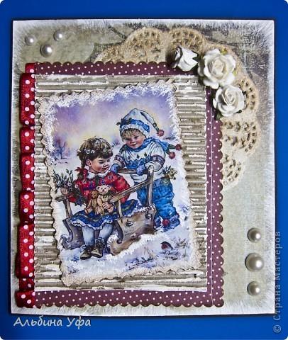 """Добрый вечер всем жителям СМ!  Я к Вам с новогодней открыткой.В интернете увидела картинку с чудесными детишками,не смогла пройти мимо.Распечатала на матовой фото бумаге.Покрыла её кракелюрным лаком полностью,от этого она стала намного ярче,сочнее,края начпокала белой акриловой краской,кое-где подпорошила снежком (акриловой краской).Гофрированный картон немного подтонировала дистерессом """"винтажное фото"""",подмазала акриловой белой краской.Салфетку тоже обработала дистессовой подушечкой.Слева картинки пустила ленту присборенную.Фоновоую,зеленую  скрап бумагу по краям тоже оформила белой,акриловой краской. фото 1"""