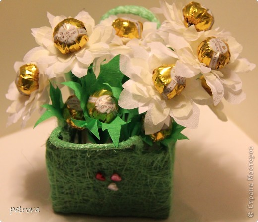 Заразилась я свит-дизайном.  Симпатичные маленькие подарочки получаются. Эта первая сладкая елка. Думаю будут еще и другие. Не критикуйте слишком строго, ну уж очень захотелось сделать это... фото 9