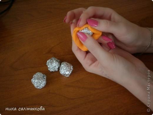 Привет Страна! Такие мандарины или апельсины я увидела  вот здесь http://vkontakte.ru/club25579909, кстати, там много интересных вещей для нового года))). Лепится просто, быстро и мы с дочерью быстро засняли процесс, за качество фото извиняюсь. фото 2