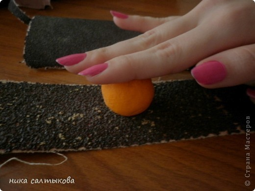 Привет Страна! Такие мандарины или апельсины я увидела  вот здесь http://vkontakte.ru/club25579909, кстати, там много интересных вещей для нового года))). Лепится просто, быстро и мы с дочерью быстро засняли процесс, за качество фото извиняюсь. фото 3