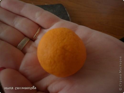 Привет Страна! Такие мандарины или апельсины я увидела  вот здесь http://vkontakte.ru/club25579909, кстати, там много интересных вещей для нового года))). Лепится просто, быстро и мы с дочерью быстро засняли процесс, за качество фото извиняюсь. фото 4