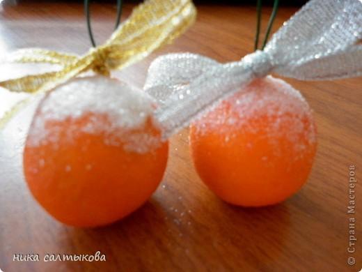 Привет Страна! Такие мандарины или апельсины я увидела  вот здесь http://vkontakte.ru/club25579909, кстати, там много интересных вещей для нового года))). Лепится просто, быстро и мы с дочерью быстро засняли процесс, за качество фото извиняюсь. фото 7