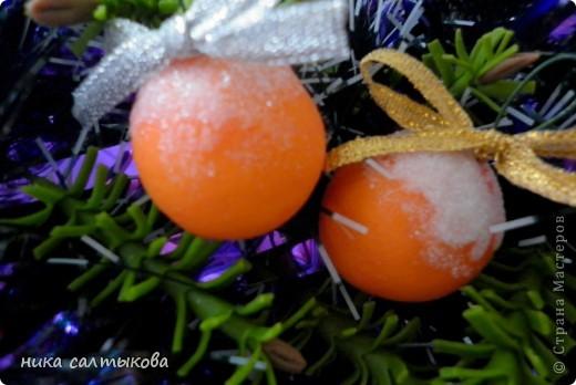 Привет Страна! Такие мандарины или апельсины я увидела  вот здесь http://vkontakte.ru/club25579909, кстати, там много интересных вещей для нового года))). Лепится просто, быстро и мы с дочерью быстро засняли процесс, за качество фото извиняюсь. фото 1