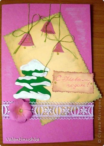 Здравствуйте все! Начали с дочкой готовиться к Новому Году. Делаем родным открытки. Вот что у нас получилось. Для изготовления использовали такой материал: бумага для пастели, альбом для рисования  цветной, белый, гофрированный картон бусины клей момент-кристалл кружево упаковочная сетка для цветов различные картинки из журналов (оказалось, что найти зимнии картинки очень сложно) тени и крем пудру для тонирования и пачкания кружев и бумаги фигурные ножницы гель-блестки красивые ниточки   Новогодняя открыточка. Основа - бумага для пастели. Елочки рисовала и вырезала из картона и снег из офисной бумаги. Все тонировано тенями и крем-пудрой. Цветочек из бумаги сделан по МК из инета (можно поискать) фото 4