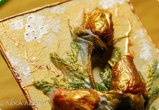 Срезала я в самом конце ноября оставшиеся в саду розы. Получилась огромная охапка. Поставила в вазу изабыла занести в дом. А ночью ударил мороз -10градусов....Утром розы были во льду.....жалко конечно...но очень красиво! Вдохновившись замершими розами сделала эту АТску. Техника для меня необычна - декупах сухоцветов. В основе веточки туи как символ НГ и новогодней елки) и засохшие бутончики тех самых последних ноябрьских роз!. Затем все это покрыто салеткой и промазано клеем. Сверху патина и белый акрил как символ снега. Просто покажу. Как АТС для обмена вряд ли пойдет, слишком объемные...и могут не дойти...но вообще как техника имеет место быть. фото 3