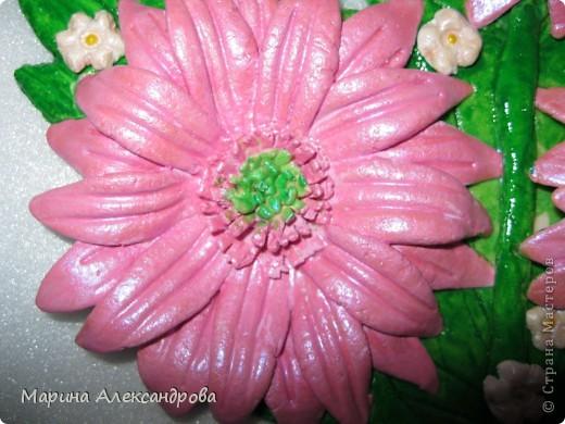 Герберы...очень люблю эти цветы! Они у меня первые...лепила для мамы на день рождения...но вот думаю, не великовата ли рамочка? Девочки подскажите, мне важно ваше мнение... фото 3