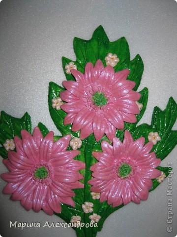 Герберы...очень люблю эти цветы! Они у меня первые...лепила для мамы на день рождения...но вот думаю, не великовата ли рамочка? Девочки подскажите, мне важно ваше мнение... фото 1