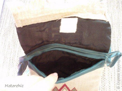 Еще с детства очень люблю разные сумки и болею ими. Заметила, что это у меня от мамы - у нее в молодости тоже сумок было немало. Вот только она их покупала тогда, а я в последнее время их люблю шить. Заметила что гармония восстанавливается при определенном количестве. Если одну выбросила - надо новую или купить или пошить. А так как покупать сейчас недешево, да и использоваться она скорее всего не будет (я уже научилась отводить голодный взгляд от сумочных прилавков) - я шью. Или перешиваю. фото 31
