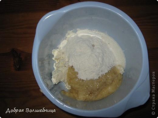 Недавно я освоила очень вкусное печенье. Нам нужно: 4 ст муки + 6 ст л 400г творога 400 г размягченного сл масла 200 г сметаны 1 ст  сахара 2 банана 2 желтка 2 ч л соды  фото 2