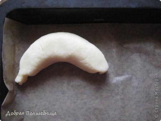Недавно я освоила очень вкусное печенье. Нам нужно: 4 ст муки + 6 ст л 400г творога 400 г размягченного сл масла 200 г сметаны 1 ст  сахара 2 банана 2 желтка 2 ч л соды  фото 8