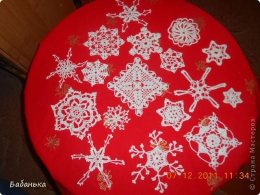 За окном зима все никак не наступит, зато дома настоящий снегопад! Новогоднее настроение создают связанные крючком снежинки. фото 2