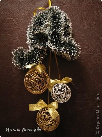 Новогоднее украшение из ниток, лент и мишуры фото 1