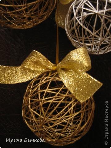 Новогоднее украшение из ниток, лент и мишуры фото 2