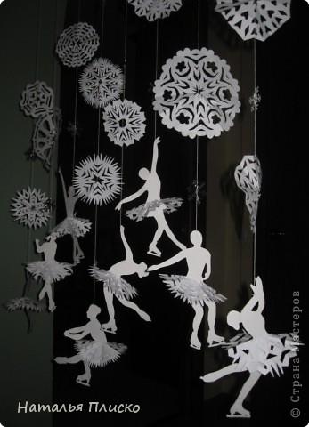 Когда я увидела у na-ta-li снежинки-балеринки - https://stranamasterov.ru/node/280412?c=favorite, потеряла сон и покой, отбросила все дела и давай вырезать, захотелось сделать на работу такое же украшение... А работаю я в управлении физической культуры и спорта, поэтому заменила балерин на фигуристок, получились такие вот воздушные спортсменки.. фото 3
