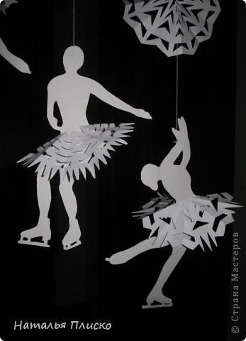 Когда я увидела у na-ta-li снежинки-балеринки - https://stranamasterov.ru/node/280412?c=favorite, потеряла сон и покой, отбросила все дела и давай вырезать, захотелось сделать на работу такое же украшение... А работаю я в управлении физической культуры и спорта, поэтому заменила балерин на фигуристок, получились такие вот воздушные спортсменки.. фото 5