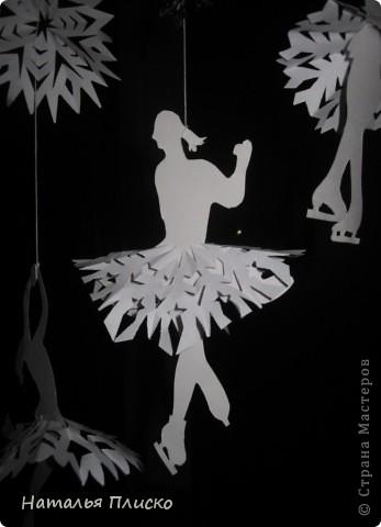 Когда я увидела у na-ta-li снежинки-балеринки - https://stranamasterov.ru/node/280412?c=favorite, потеряла сон и покой, отбросила все дела и давай вырезать, захотелось сделать на работу такое же украшение... А работаю я в управлении физической культуры и спорта, поэтому заменила балерин на фигуристок, получились такие вот воздушные спортсменки.. фото 6