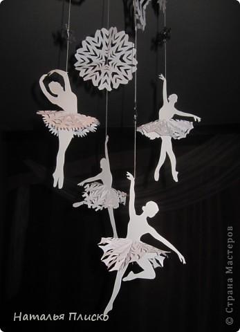 Когда я увидела у na-ta-li снежинки-балеринки - https://stranamasterov.ru/node/280412?c=favorite, потеряла сон и покой, отбросила все дела и давай вырезать, захотелось сделать на работу такое же украшение... А работаю я в управлении физической культуры и спорта, поэтому заменила балерин на фигуристок, получились такие вот воздушные спортсменки.. фото 7