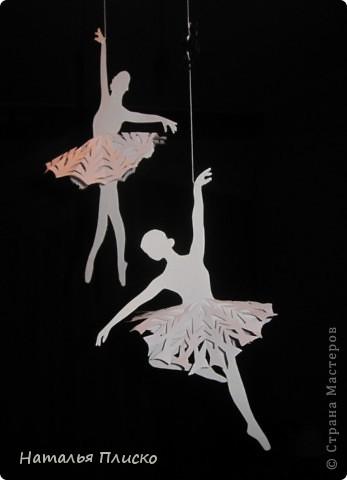Когда я увидела у na-ta-li снежинки-балеринки - https://stranamasterov.ru/node/280412?c=favorite, потеряла сон и покой, отбросила все дела и давай вырезать, захотелось сделать на работу такое же украшение... А работаю я в управлении физической культуры и спорта, поэтому заменила балерин на фигуристок, получились такие вот воздушные спортсменки.. фото 9