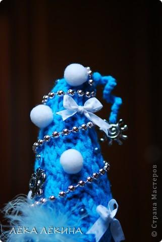"""Эта елочка у нас """"гламурная"""" получилась! То же вязание, белые помпончики, бусины и всякие остатки от бижутерии.  фото 3"""