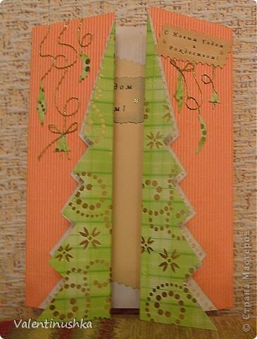 Здравствуйте все! Начали с дочкой готовиться к Новому Году. Делаем родным открытки. Вот что у нас получилось. Для изготовления использовали такой материал: бумага для пастели, альбом для рисования  цветной, белый, гофрированный картон бусины клей момент-кристалл кружево упаковочная сетка для цветов различные картинки из журналов (оказалось, что найти зимнии картинки очень сложно) тени и крем пудру для тонирования и пачкания кружев и бумаги фигурные ножницы гель-блестки красивые ниточки   Новогодняя открыточка. Основа - бумага для пастели. Елочки рисовала и вырезала из картона и снег из офисной бумаги. Все тонировано тенями и крем-пудрой. Цветочек из бумаги сделан по МК из инета (можно поискать) фото 14