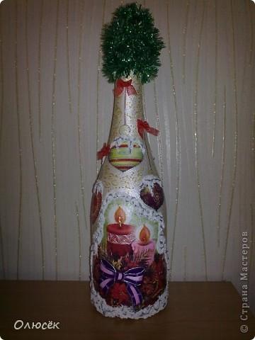 Уряяя! Я ее сделала! Моя первая праздничная подарочная бутылочка готова! Наверное, все же с декором я переборщила, так сказать, но уж очень хотелось сделать ее нарядной...  Кстати, может, кому-нибудь пригодится: бантики делала по этому МК (за что автору большое спасибо!) https://stranamasterov.ru/node/88739?c=favorite . фото 2