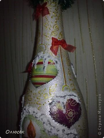 Уряяя! Я ее сделала! Моя первая праздничная подарочная бутылочка готова! Наверное, все же с декором я переборщила, так сказать, но уж очень хотелось сделать ее нарядной...  Кстати, может, кому-нибудь пригодится: бантики делала по этому МК (за что автору большое спасибо!) https://stranamasterov.ru/node/88739?c=favorite . фото 6