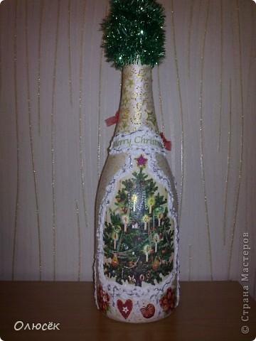 Уряяя! Я ее сделала! Моя первая праздничная подарочная бутылочка готова! Наверное, все же с декором я переборщила, так сказать, но уж очень хотелось сделать ее нарядной...  Кстати, может, кому-нибудь пригодится: бантики делала по этому МК (за что автору большое спасибо!) https://stranamasterov.ru/node/88739?c=favorite . фото 7