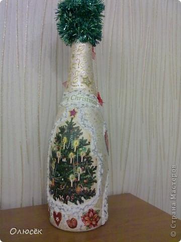 Уряяя! Я ее сделала! Моя первая праздничная подарочная бутылочка готова! Наверное, все же с декором я переборщила, так сказать, но уж очень хотелось сделать ее нарядной...  Кстати, может, кому-нибудь пригодится: бантики делала по этому МК (за что автору большое спасибо!) https://stranamasterov.ru/node/88739?c=favorite . фото 8