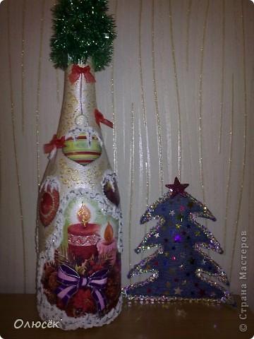 Уряяя! Я ее сделала! Моя первая праздничная подарочная бутылочка готова! Наверное, все же с декором я переборщила, так сказать, но уж очень хотелось сделать ее нарядной...  Кстати, может, кому-нибудь пригодится: бантики делала по этому МК (за что автору большое спасибо!) https://stranamasterov.ru/node/88739?c=favorite . фото 1