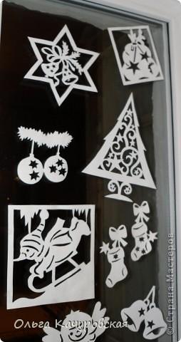 Ну вот, наконец-то, и мы украсили свои окна к Новому году. Сразу новогоднее настроение… хочется праздника!!! Скорей бы!!! Вот так теперь выглядит окно в дочкиной комнате! Это почти те самые олени, с предыдущей моей открытки (которые к ёлочкам поскакали)….      В основном использовала ватман, он более жесткий, и вырезанная картинка дольше сохраняется (ватман режу канцелярским ножом). Например, всю нижнюю часть вырезала в прошлом году, а сейчас добавила новых картинок! Но и картинки на обычной офисной белой бумаге - часто режу (они на кухонном окне). Бумага тонкая - вырезать намного легче, и тут, в основном, использую маникюрные ножнички. На окна клею при помощи скотча, его на окне практически не видно. А потом, когда снимаю, аккуратно загибаю кусочки скотча за картинку - и аккуратно складываю... до следующего года . Кстати на окне пятен от скотча не остаётся... фото 12