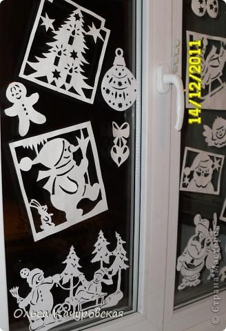 Ну вот, наконец-то, и мы украсили свои окна к Новому году. Сразу новогоднее настроение… хочется праздника!!! Скорей бы!!! Вот так теперь выглядит окно в дочкиной комнате! Это почти те самые олени, с предыдущей моей открытки (которые к ёлочкам поскакали)….      В основном использовала ватман, он более жесткий, и вырезанная картинка дольше сохраняется (ватман режу канцелярским ножом). Например, всю нижнюю часть вырезала в прошлом году, а сейчас добавила новых картинок! Но и картинки на обычной офисной белой бумаге - часто режу (они на кухонном окне). Бумага тонкая - вырезать намного легче, и тут, в основном, использую маникюрные ножнички. На окна клею при помощи скотча, его на окне практически не видно. А потом, когда снимаю, аккуратно загибаю кусочки скотча за картинку - и аккуратно складываю... до следующего года . Кстати на окне пятен от скотча не остаётся... фото 13