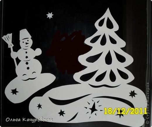 Ну вот, наконец-то, и мы украсили свои окна к Новому году. Сразу новогоднее настроение… хочется праздника!!! Скорей бы!!! Вот так теперь выглядит окно в дочкиной комнате! Это почти те самые олени, с предыдущей моей открытки (которые к ёлочкам поскакали)….      В основном использовала ватман, он более жесткий, и вырезанная картинка дольше сохраняется (ватман режу канцелярским ножом). Например, всю нижнюю часть вырезала в прошлом году, а сейчас добавила новых картинок! Но и картинки на обычной офисной белой бумаге - часто режу (они на кухонном окне). Бумага тонкая - вырезать намного легче, и тут, в основном, использую маникюрные ножнички. На окна клею при помощи скотча, его на окне практически не видно. А потом, когда снимаю, аккуратно загибаю кусочки скотча за картинку - и аккуратно складываю... до следующего года . Кстати на окне пятен от скотча не остаётся... фото 5
