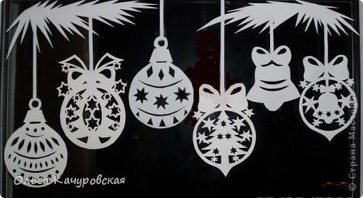 Ну вот, наконец-то, и мы украсили свои окна к Новому году. Сразу новогоднее настроение… хочется праздника!!! Скорей бы!!! Вот так теперь выглядит окно в дочкиной комнате! Это почти те самые олени, с предыдущей моей открытки (которые к ёлочкам поскакали)….      В основном использовала ватман, он более жесткий, и вырезанная картинка дольше сохраняется (ватман режу канцелярским ножом). Например, всю нижнюю часть вырезала в прошлом году, а сейчас добавила новых картинок! Но и картинки на обычной офисной белой бумаге - часто режу (они на кухонном окне). Бумага тонкая - вырезать намного легче, и тут, в основном, использую маникюрные ножнички. На окна клею при помощи скотча, его на окне практически не видно. А потом, когда снимаю, аккуратно загибаю кусочки скотча за картинку - и аккуратно складываю... до следующего года . Кстати на окне пятен от скотча не остаётся... фото 6