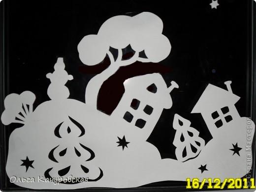 Ну вот, наконец-то, и мы украсили свои окна к Новому году. Сразу новогоднее настроение… хочется праздника!!! Скорей бы!!! Вот так теперь выглядит окно в дочкиной комнате! Это почти те самые олени, с предыдущей моей открытки (которые к ёлочкам поскакали)….      В основном использовала ватман, он более жесткий, и вырезанная картинка дольше сохраняется (ватман режу канцелярским ножом). Например, всю нижнюю часть вырезала в прошлом году, а сейчас добавила новых картинок! Но и картинки на обычной офисной белой бумаге - часто режу (они на кухонном окне). Бумага тонкая - вырезать намного легче, и тут, в основном, использую маникюрные ножнички. На окна клею при помощи скотча, его на окне практически не видно. А потом, когда снимаю, аккуратно загибаю кусочки скотча за картинку - и аккуратно складываю... до следующего года . Кстати на окне пятен от скотча не остаётся... фото 8