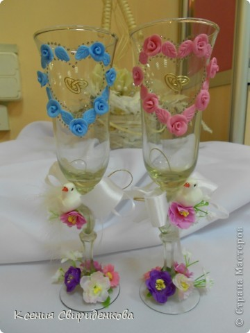 """Бокалы """"Голуби"""". Голубой бокал для жениха, розовый для невесты"""