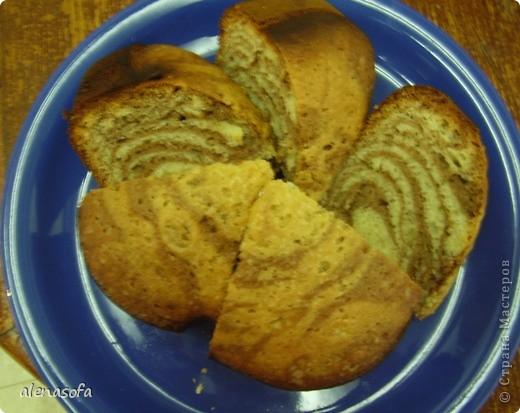 Сразу оговорюсь, что кекс из хлебопечки, а в духовке печь не пробовала. Почему-то именно этим, полосатым, кексиком захотелось похвастать. Единственный минус в том, что когда я его испекла, то сразу забыла, о том, что собиралась его сфоткать... Поэтому двух маленьких кусочков здесь уже нехватает :) О-о-очень вкусный кексик!!! фото 1