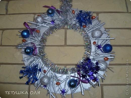 Новогодние украшение. Часы весят на камине, а к празднику  добавили новогоднего настроения фото 2