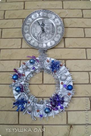 Новогодние украшение. Часы весят на камине, а к празднику  добавили новогоднего настроения