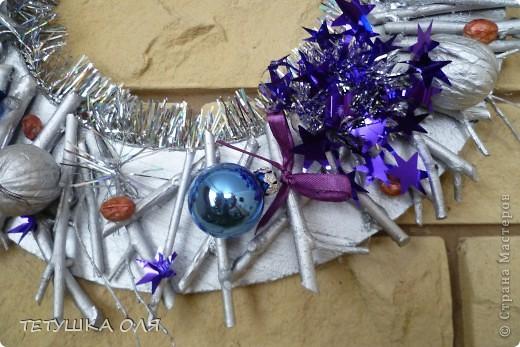Новогодние украшение. Часы весят на камине, а к празднику  добавили новогоднего настроения фото 3