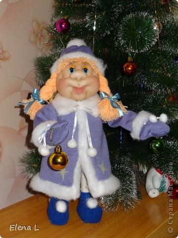 Девочка веселая зимой в лесу живет, Морозов не боится, метелям шубки шьет. Помогает дедушке снежинки собирать И лесные елочки ими наряжать. Все девочку  Снегурочкой  ласково зовут. С дедушкой Морозом на праздник в гости ждут.