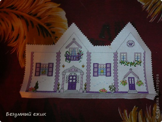 """Вот такой домик получился в подарок одной хорошей девочке. Он открывается и в нем можно хранить какие-нибудь детские сокровища. Домик вышит по схеме из книги Мэг Эвершед - """"Объемная вышивка крестом"""". А мастер класс решила сделать потому, что собран мой домик не так, как у автора. Там домики в виде саше, соединены с крышей, а в моем крышу можно снять. фото 2"""