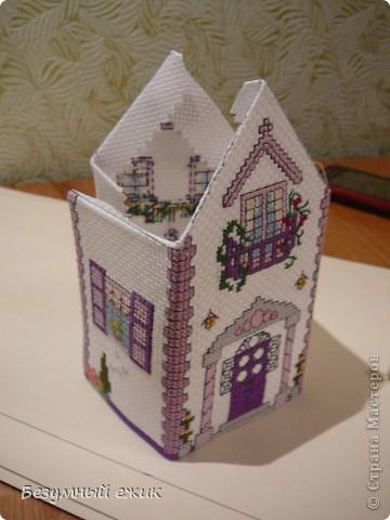 """Вот такой домик получился в подарок одной хорошей девочке. Он открывается и в нем можно хранить какие-нибудь детские сокровища. Домик вышит по схеме из книги Мэг Эвершед - """"Объемная вышивка крестом"""". А мастер класс решила сделать потому, что собран мой домик не так, как у автора. Там домики в виде саше, соединены с крышей, а в моем крышу можно снять. фото 3"""