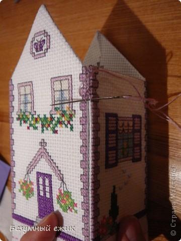 """Вот такой домик получился в подарок одной хорошей девочке. Он открывается и в нем можно хранить какие-нибудь детские сокровища. Домик вышит по схеме из книги Мэг Эвершед - """"Объемная вышивка крестом"""". А мастер класс решила сделать потому, что собран мой домик не так, как у автора. Там домики в виде саше, соединены с крышей, а в моем крышу можно снять. фото 5"""