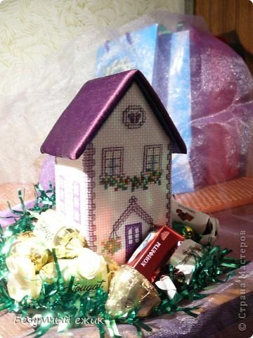 """Вот такой домик получился в подарок одной хорошей девочке. Он открывается и в нем можно хранить какие-нибудь детские сокровища. Домик вышит по схеме из книги Мэг Эвершед - """"Объемная вышивка крестом"""". А мастер класс решила сделать потому, что собран мой домик не так, как у автора. Там домики в виде саше, соединены с крышей, а в моем крышу можно снять. фото 1"""