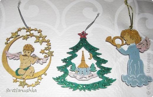 На Новый год мы всегда ставим искусственную елочку, она у нас большая и красивая! А для аромата ставим несколько веточек. в этом году  выбрали сосновые, и украсили их исключительно самодельными игрушками, созданными благодаря Стране мастеров! фото 4