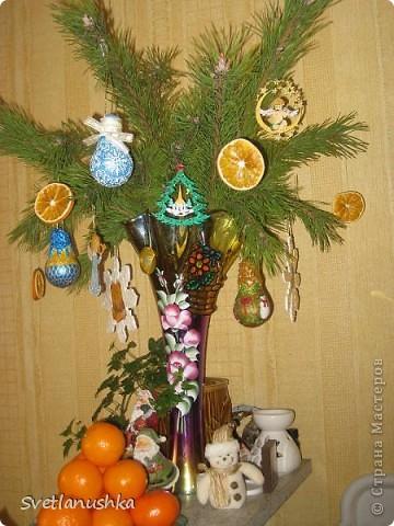 На Новый год мы всегда ставим искусственную елочку, она у нас большая и красивая! А для аромата ставим несколько веточек. в этом году  выбрали сосновые, и украсили их исключительно самодельными игрушками, созданными благодаря Стране мастеров! фото 1
