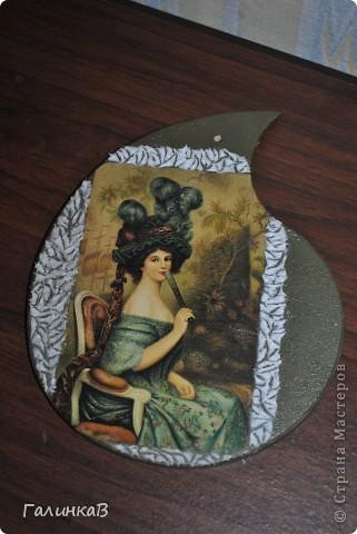 Вот такая досочка у меня получилась! Доска имеет форму палитры художника и поэтому я решила, что сюда подойдет именно эта дама, как будто позирующая художнику 18 века. фото 9