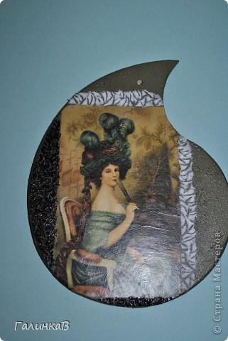 Вот такая досочка у меня получилась! Доска имеет форму палитры художника и поэтому я решила, что сюда подойдет именно эта дама, как будто позирующая художнику 18 века. фото 5